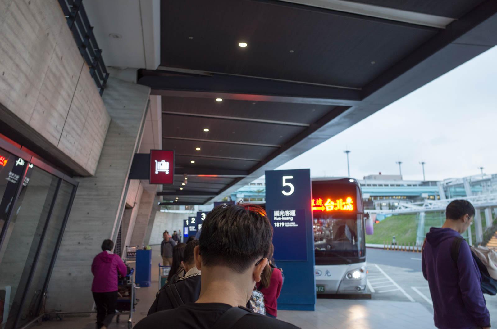 台北へのバス乗り場