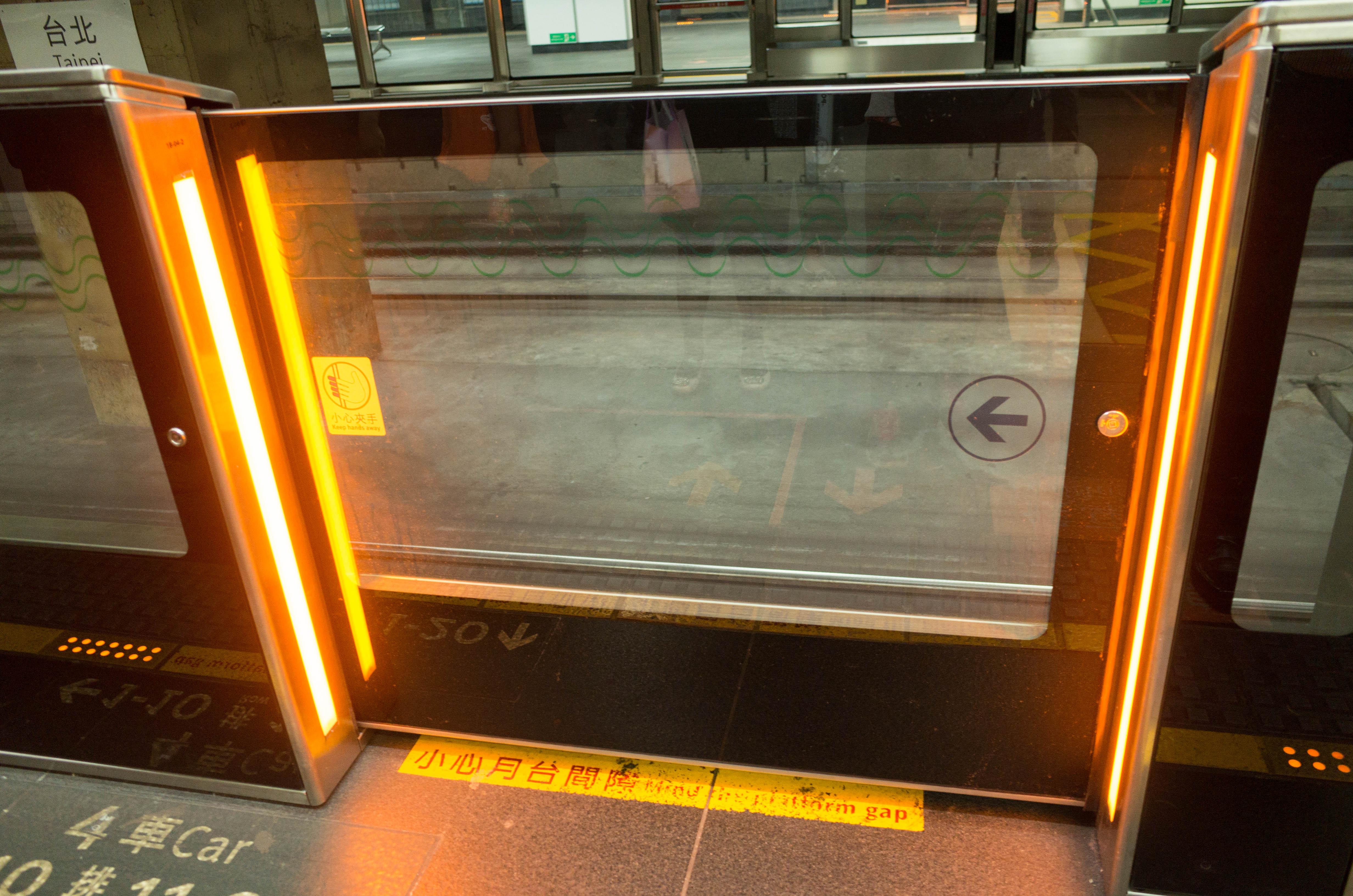 新幹線のホームドア