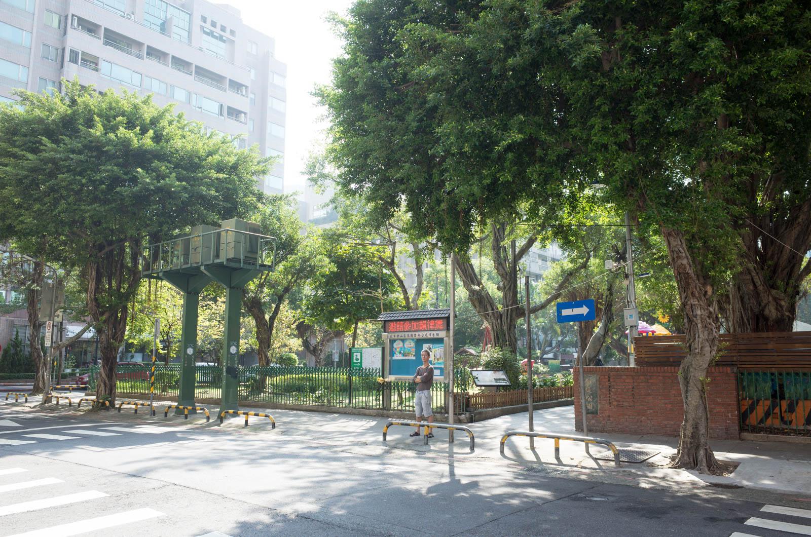 お店の前の公園