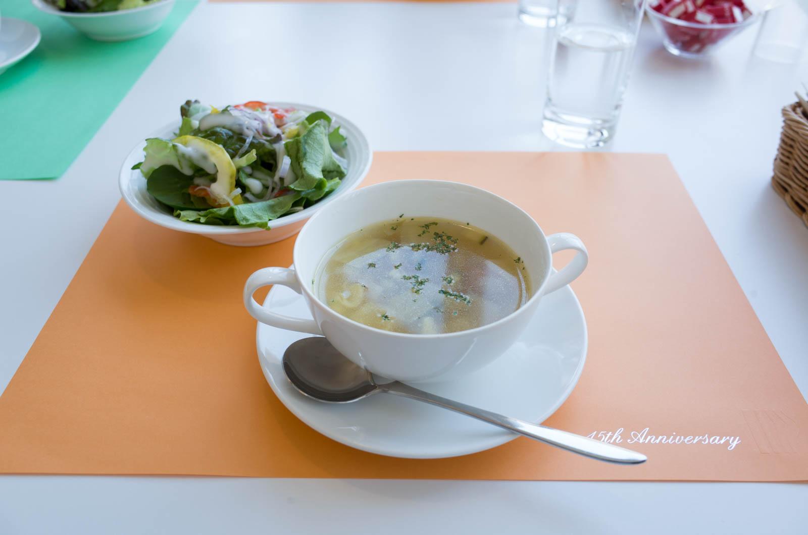 コースのサラダとスープ