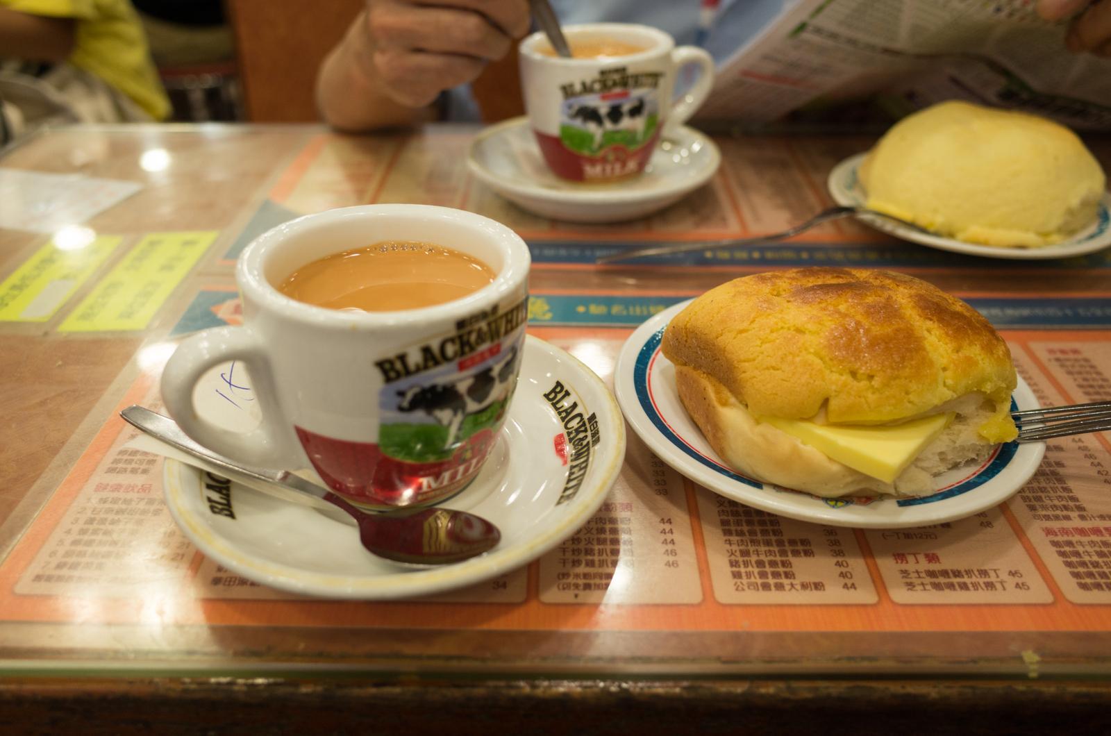香港のパイナップルパンとミルクティー